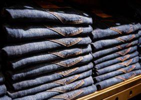 Iluminação para lojas de roupa jeans